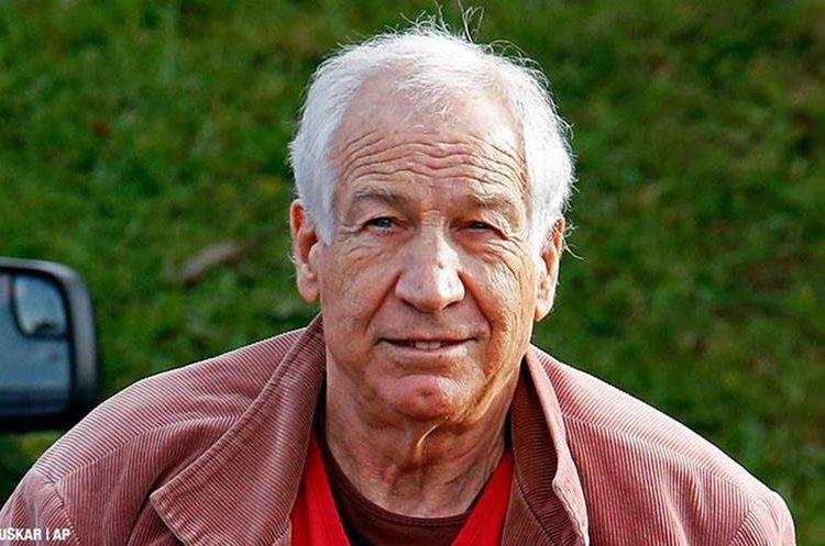 Entrenador Jerry Sandusky, acusado y condenado de abusos sexuales contra menores.