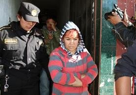 Laura Soto y su hijo son capturados en su vivienda en Salcajá, Quetzaltenango. (Foto Prensa Libre: Carlos Ventura).