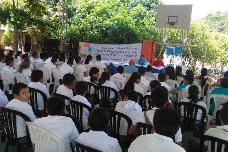 Asistentes al foro escuchan propuestas de dos de los candidatos a la alcaldía de San Jacinto, Chiquimula. (Foto Prensa Libre: Edwin Paxtor)