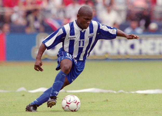 Núñez fue el primer hondureño en jugar en la máxima división del fútbol inglés pese a su diminuto tamaño. (Foto Prensa Libre: GETTY IMAGES)