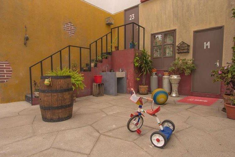 Así luce la vecindad del Chavo, en una réplica que ofrece un hospedaje en México. (Foto Prensa Libre: Hemeroteca PL)