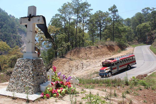 Una cruz en la ruta a San Martín  Jilotepeque, Chimaltenango,  recuerda a las 54 víctimas del accidente de septiembre de 2013. (Foto Prensa Libre: José Rosales)