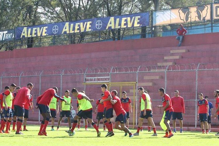 El plantel escarlata retomó los entrenamientos ayer, luego del fallecimiento de la madre de Marco Pablo Pappa. (Foto Prensa Libre: Hemeroteca PL)