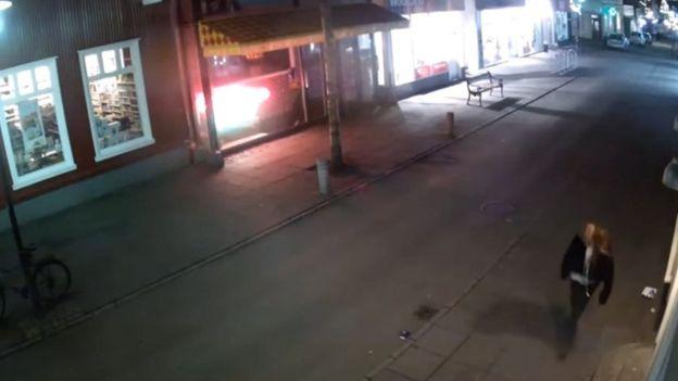 Las cámaras de vigilancia captaron a Birna Brjansdottir caminando sola en la noche en la ciudad de Reikiavik. EPA
