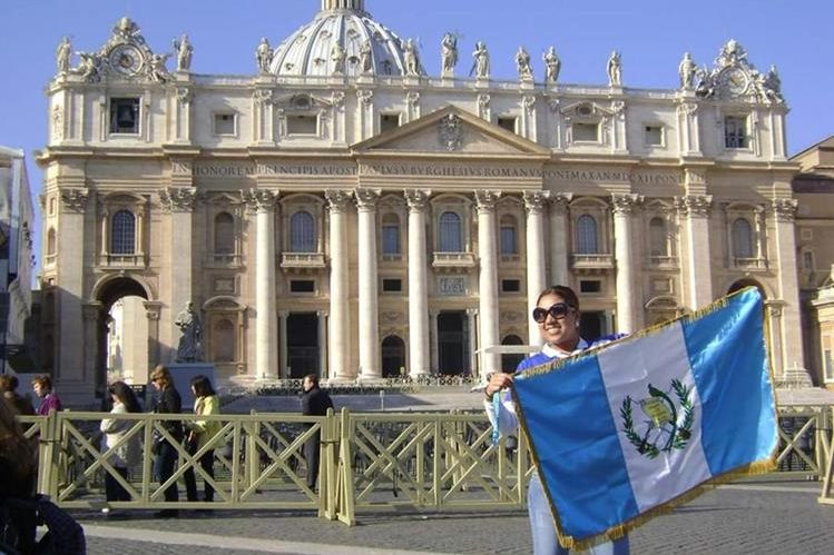 Melissa Turcu muestra la bandera de Guatemala. Vive en Rumanía con su esposo. (Foto Prensa Libre: Cortesía)