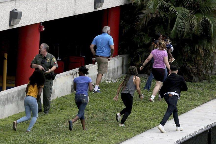 Escenas de pánico se vivieron el viernes cuando un sujeto armado comenzó a disparar contra los usuarios del aeropuerto de Fort Lauderdale. (Foto Prensa Libre: AP)