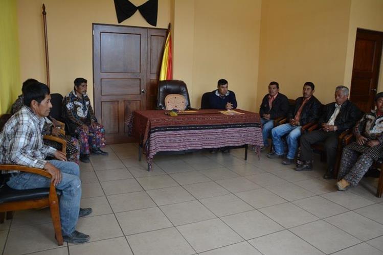 El concejal Pedro Juracán Lopic ya ocupa el puesto del alcalde Bacilio Juracán, quien fue linchado el pasado 11 de octubre. (Foto Prensa Libre: Édgar Sáenz)