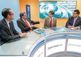 Caryl Alonso y Javier Brolo —al centro— conversan sobre el proceso de transición con los periodistas de Prensa Libre Geovanni Contreras y Manuel Hernández.