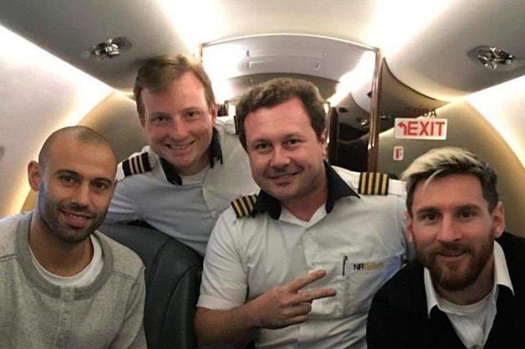 Javier Mascherano y Lionel Messi posan con parte de la tripulación del BAE 146 de Lamia Bolivia que los trasladó de Brasil a Argentina. (Foto Prensa Libre: Twitter)