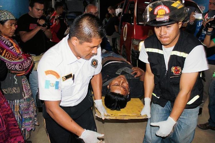 Socorristas trasladan  a uno de los heridos hacia el Hospital Regional de Quiché. (Foto Prensa Libre: Óscar Figueroa)