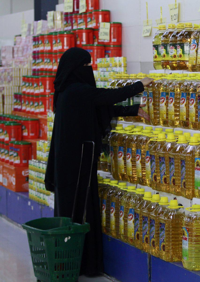 Una mujer yemení de compas en un supermercado. (Foto Prensa Libre: AFP).