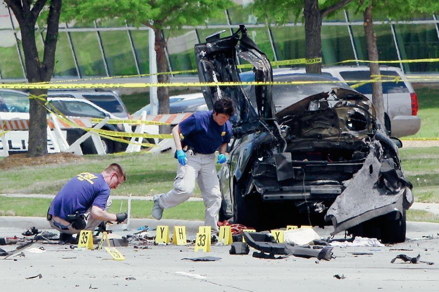 Investigadores trabajan la escena del crimen fuera del Culwell Centro Curtis en Garland, Texas, EEUU. (Foto Prensa Libre:AFP)