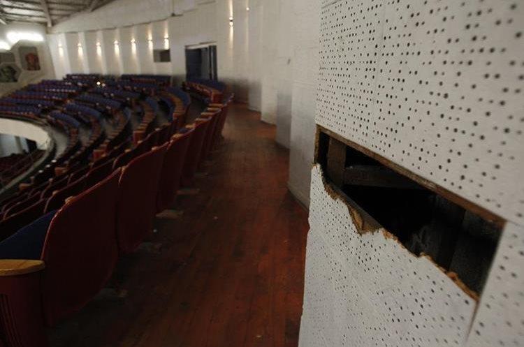 Las paredes del segundo nivel de auditorio tienen agujeros. (Foto Prensa Libre: Paulo Raquec)