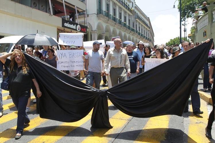 Periodistas y organizaciones civiles de Veracruz participan en la protesta. (Foto Prensa Libre: EFE)