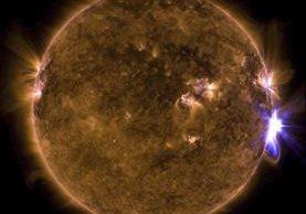 Fotografía de la NASA del 10 de septiembre de 2017 cedida hoy, 12 de septiembre de 2017 que muestra una combinación de longitudes de onda de luz ultravioleta extrema coloreadas en el Sol. (Foto Prensa Libre: EFE)