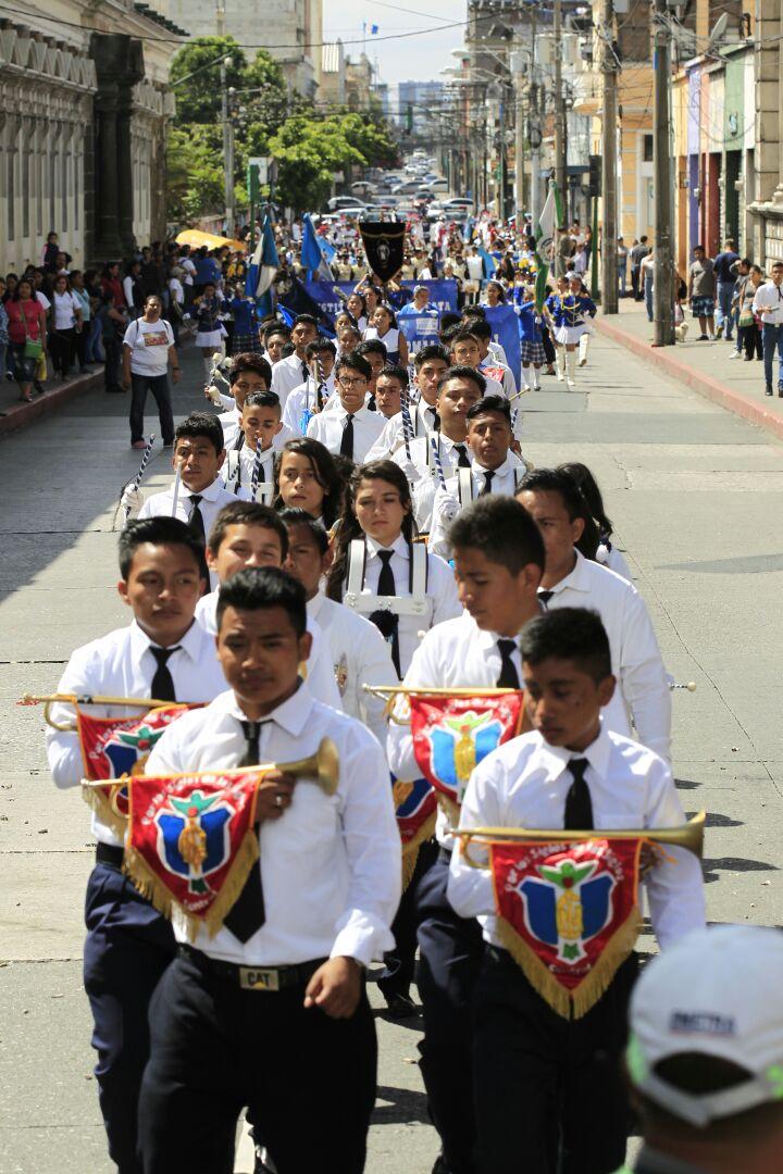 Estudiantes de institutos públicos desfilan en el centro histórico capitalino, por un año sin violencia.
