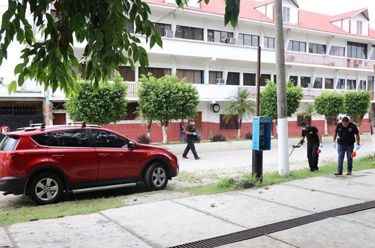 Los abogados arreglaban la situación legal de unas propiedades.(Prensa Libre: Rigoberto Escobar)