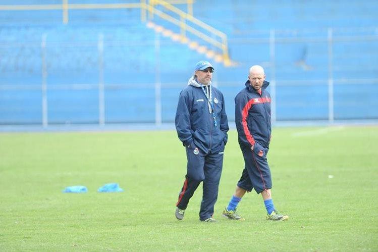 El entrenador Gustavo Machaín y el preparador Físico Rubén Gonzalez, en el entreno rojo. (Foto Prensa Libre: Hemeroteca Pl)