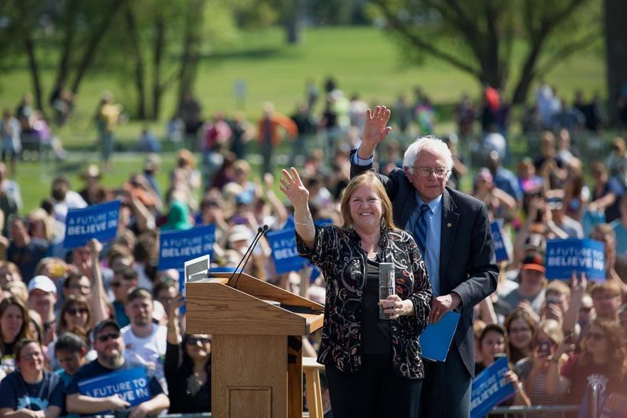 El candidato demócrata Bernie Sanders (izquierda) junto a su esposa Jane, saluda a simpatizantes en Rapid City, San Diego, California. (Foto Prensa Libe: AP).