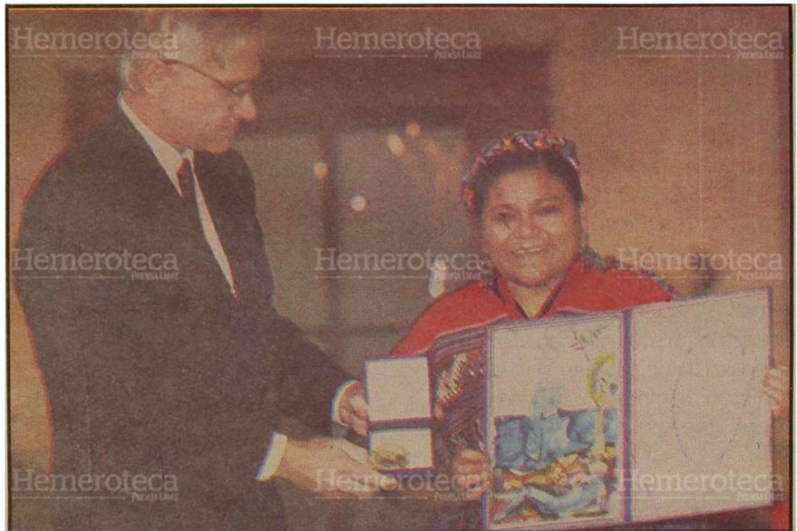11/12/1992 Rigoberta Menchú recibe el Nobel de la Paz, de manos del noruego Francis Sejersted. (Foto: Hemeroteca PL)