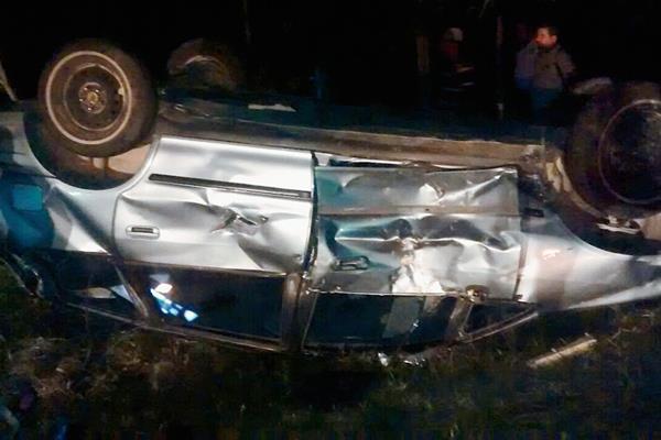 El automóvil donde viajaban Manuel y Víctor Orellana volcó en el km 40 de la ruta de Flores, Petén, al Parque Nacional Tikal. (Foto Prensa Libre: Walfredo Obando)