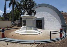 Las rejas que protegían el monumento y mausoleo presidencial fueron robadas.(Foto Prensa Libre: Carlos Ovalle.)