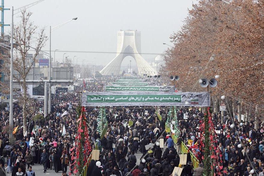 ABD01 TEHERÁN (IRÁN) 10/02/2017.- Miles de iraníes abarrotan la plaza Azadi (Libertad) durante el principal acto de conmemoración del 38 aniversario de la Revolución Islámica de 1979, en Teherán (Irán), hoy, 10 de febrero de 2017. EFE/Abedin Taherkenareh