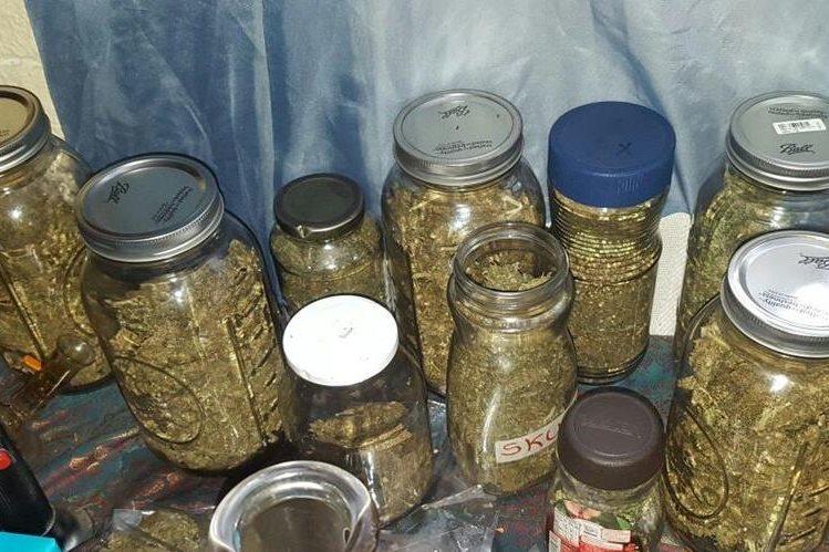 Frascos con supuesta marihuana es parte de lo incautado por el MP en las diligencias en la zona 10. (Foto Prensa Libre: MP)