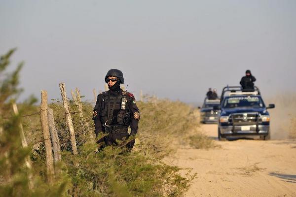 Autoridades patrullan   el sitio donde  hallaron cuatro cadáveres, en  Nuevo León, México.