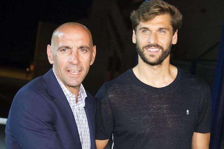 Fernando llorente es recibido por el director deportivo del Sevilla FC, Monchi a su llegada a Sevilla. (Foto Prensa Libre: EFE)