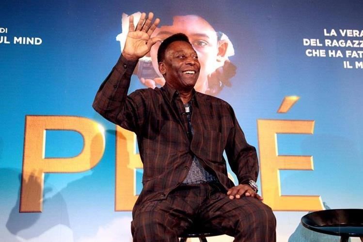 """El exfutbolista brasileño Pelé ofrece una rueda de prensa con motivo de la presentación de la película """"Pelé: el nacimiento de una leyenda"""" en Milán, Italia. (Foto Prensa Libre: EFE)"""