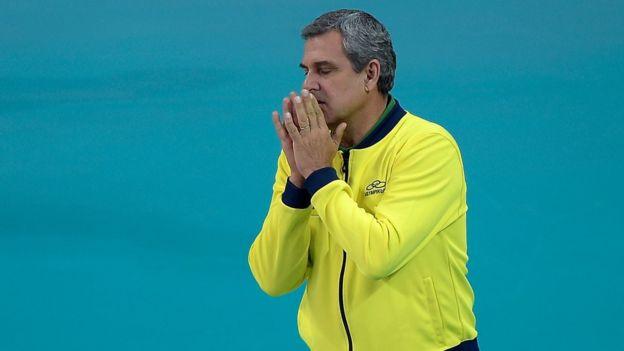 El entrenador del equipo femenino olímpico de voleibol brasileño, José Roberto Guimarães, es un caso extremo de superstición. (Getty)