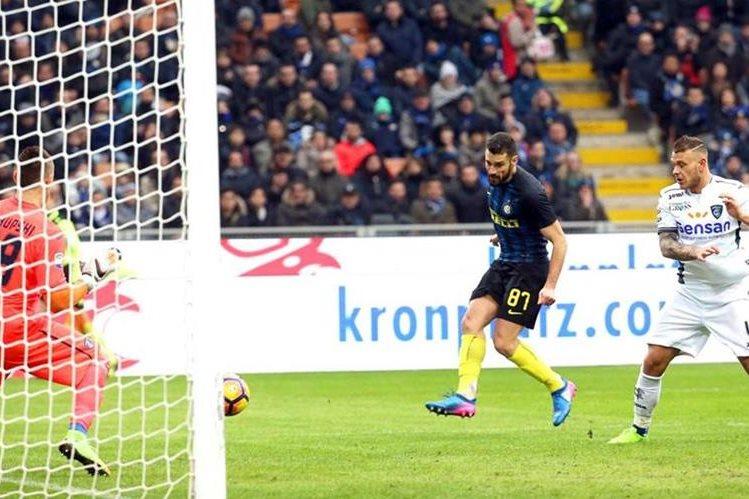 Antonio Candreva venció al portero del Empoli Lukasz Skorupski para anotar el 2-0 a favor del Inter. (Foto Prensa Libre. EFE)
