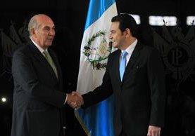 Mario Taracena y Jimmy Morales se estrechan las manos previo a la reunión. (Foto Prensa Libre: Esbin García)