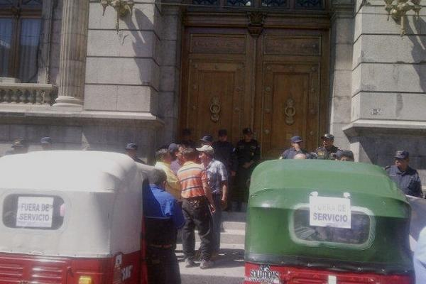 <p>Mototaxis se parquean frente al Congreso. (Foto Prensa Libre: Jessica Gramajo)</p>