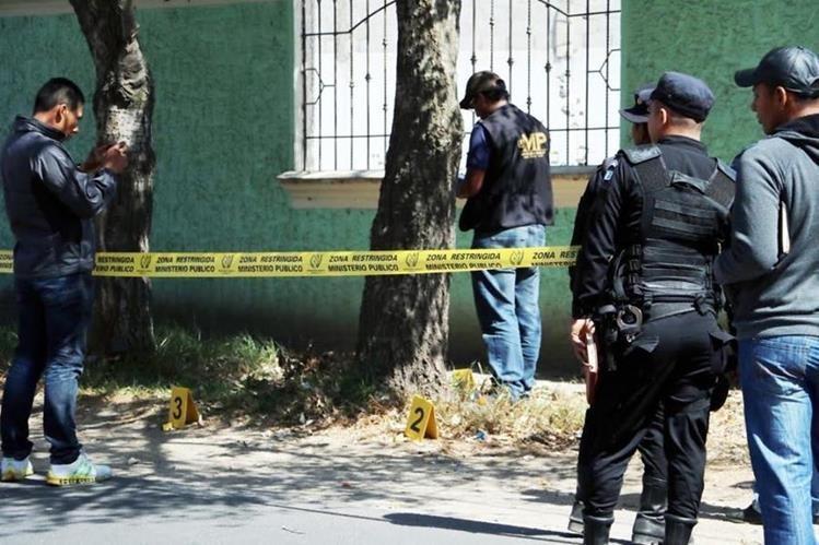 Autoridades reúnen evidencias en el lugar donde se registró el ataque en la zona 6 de la ciudad de Quetzaltenango. (Foto Hemeroteca PL).