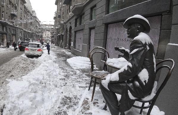 Escultura del famoso arquitecto Vladislav Gorodetsky está cubierto de nieve en Kiev, Ucrania. (AP).