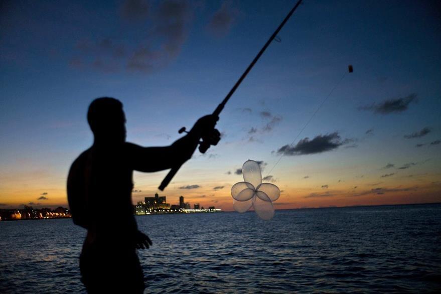 El ingenio cubano motiva la utilización de preservativos en la pesca. (Foto Prensa Libre: AP).