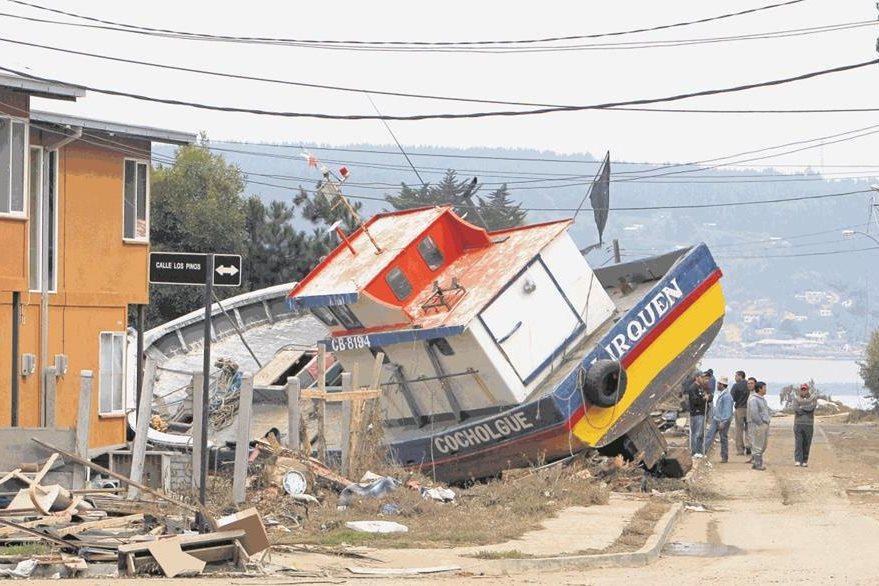 Un fuerte tsunami terminó de arrasar con gran parte de la zona costera central de Chile en 2010. (Foto: AP)