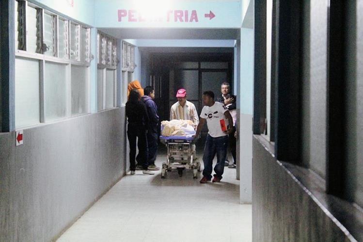 Empleados del hospital trasladan el cadáver de la víctima a la morgue de Jalapa. (Foto Prensa Libre: Hugo Oliva)