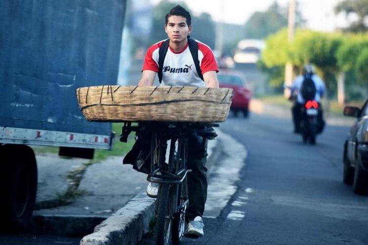 Algunos utilizan la bicicleta como un medio de transporte para el trabajo. (Foto Prensa Libre: AFP).