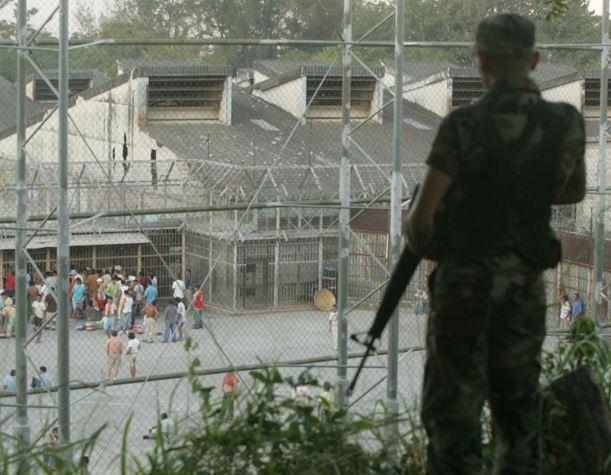 Un soldado custodia un penal en El Salvador. (Foto: La Prensa Gráfica).