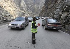 Sedaqat dirige el tránsito en el paso de Maipur, desde Kabul a Pakistán. (AP).