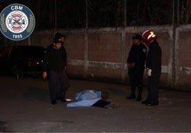 El cadáver de un hombre que fue baleado en el barrio San Antonio, zona 6 de la capital, es resguardado. (Foto Prensa Libre: Bomberos Municipales)