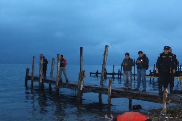Mujer muere ahogada en el Lago de Atitlán. (Foto Prensa Libre: Ángel Julajuj)