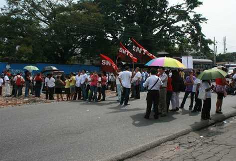 Salubristas impiden el paso vehicular en una de las calles de Escuintla. (Foto Prensa Libre: Enrique Paredes)