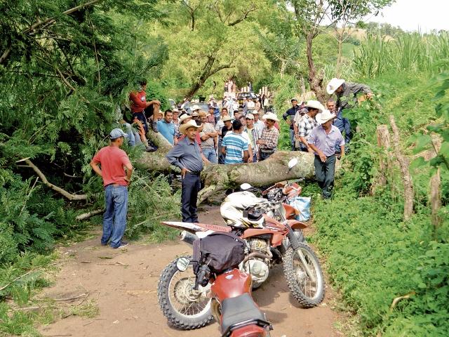 Líderes de comunidades de Casillas bloquean con un árbol el paso por un camino, en protesta por el mal estado de las rutas. (Foto Prensa Libre: Oswaldo Cardona)