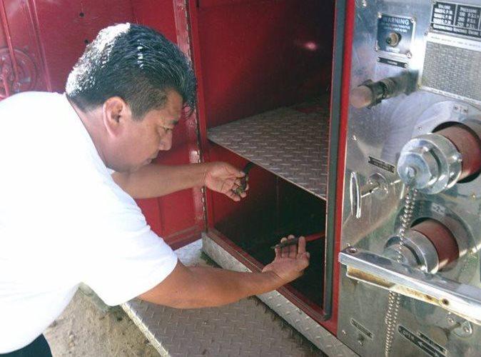 Un socorrista muestra el lugar donde fue extraída la batería de la motobomba. (Foto Prensa Libre: Cortesía)