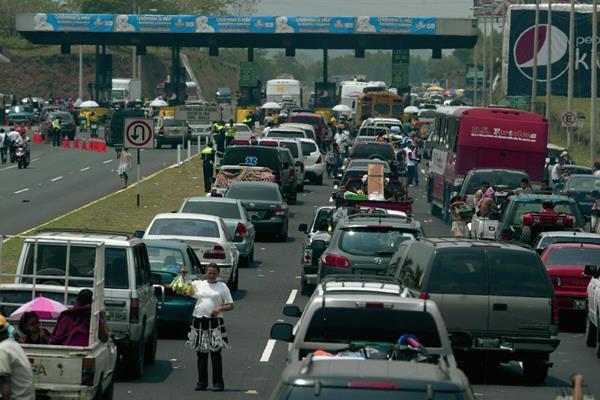 Miles de personas viajan a la provincia durante la Semana Santa. (Foto Prensa Libre: Archivo).