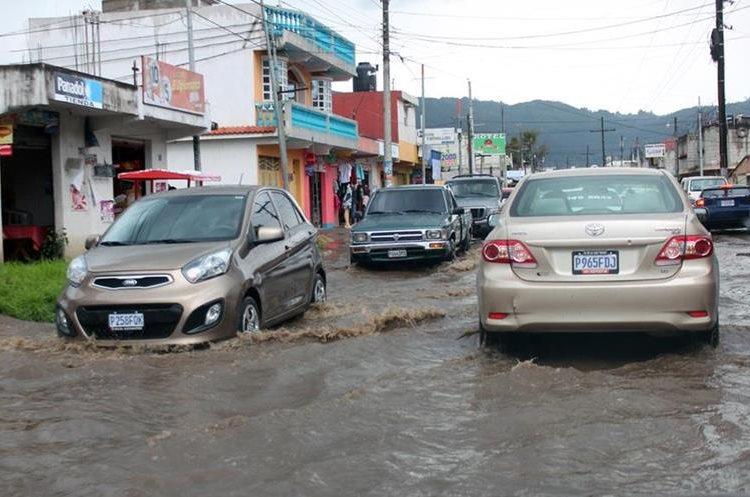 En varios puntos de la colonia Los Trigales, zona 7 de Xelajú se reportaron inundaciones debido al colapso de los drenajes. (Foto Prensa Libre: Carlos Ventura)